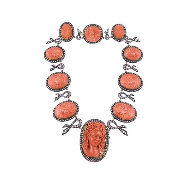 Gargantilla de oro con frente en plata, diamantes y coral