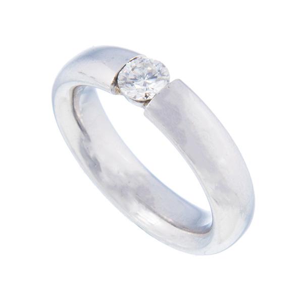 Solitario de oro blanco montado con un diamante