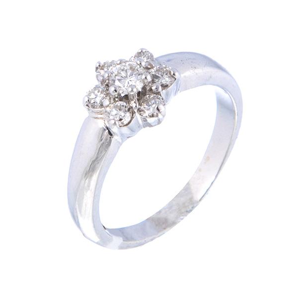 Solitario de oro blanco montado con siete diamantes